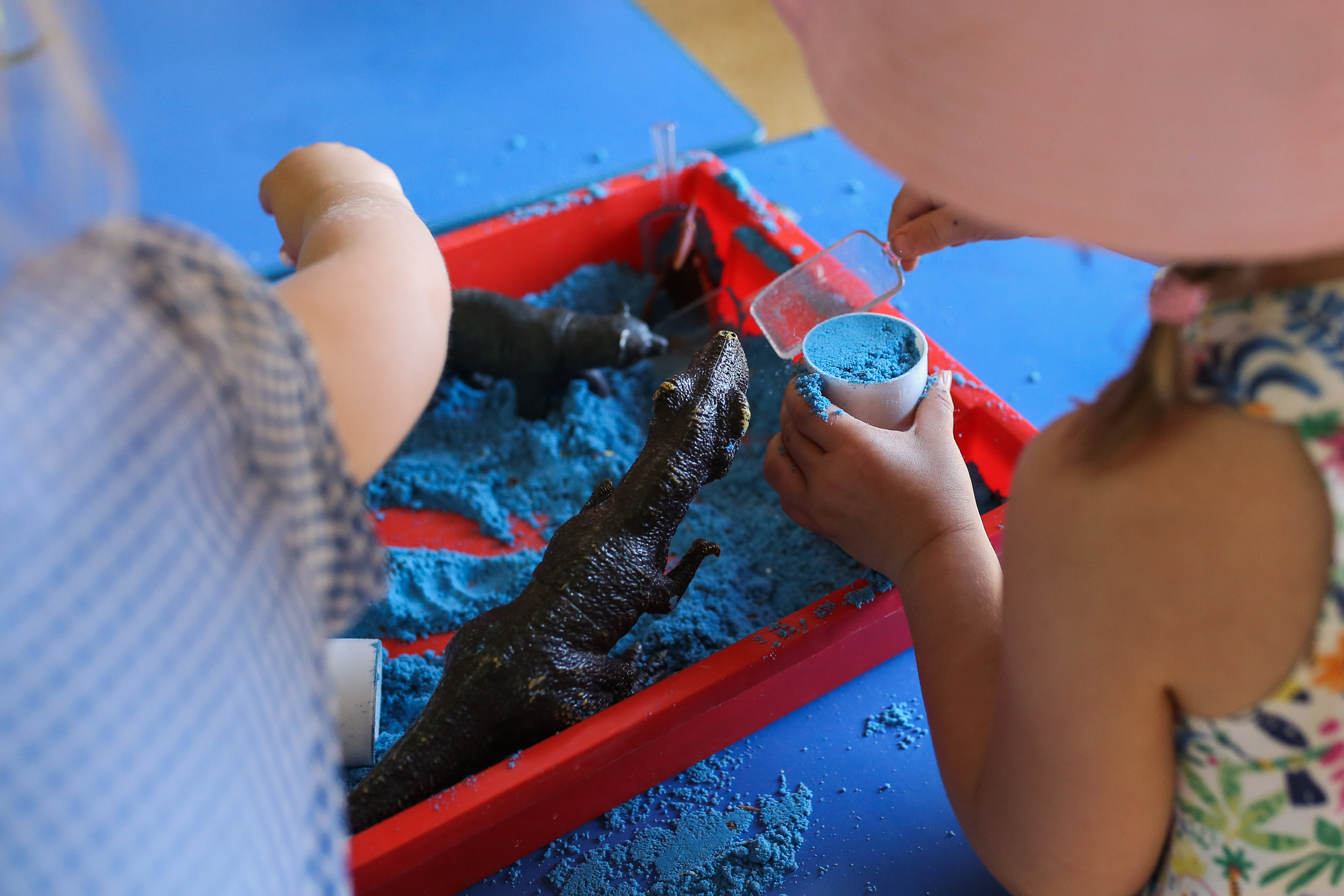 Child using kinetic sand at barnkids
